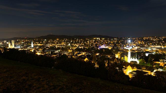 """Blick von den """"Drei Weihern"""" auf die Stadt St.Gallen bei Nacht"""