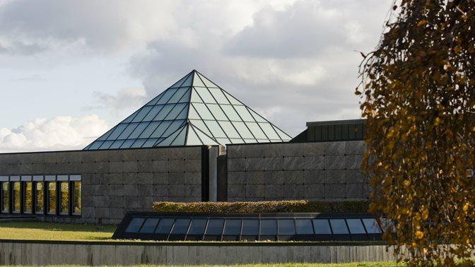 Glaspyramide des Bibliotheksgebaeudes der Universitaet St.Gallen (HSG)