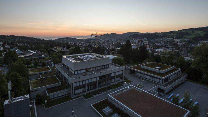 Luftaufnahme des Hauptgebaeudes der Universitaet St.Gallen (HSG) bei Sonnenuntergang